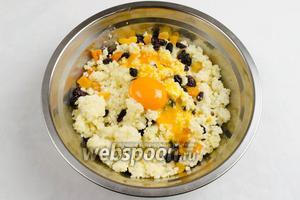 Приготовить яйца. Отделить желтки от белков. Добавить в кашу желтки и сахар. Перемешать.