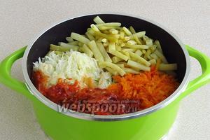 Соединить подготовленные овощи в большой варочной ёмкости и добавить оставшееся растительное масло.
