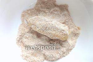 Из картофельного теста сформировать «пальчики» и обвалять в панировочных сухарях.