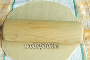 Раскатаем тесто скалкой в большой круг до тех пор, пока удобно раскатывать.