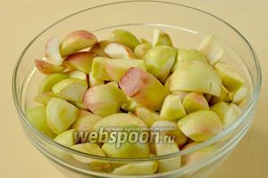 Яблоки моем, разрезаем на части, удаляя семенную коробочку, сбрызгиваем лимонным соком, предотвращая быстрое потемнение. Подготовленные яблоки взвешиваем, сахара нам понадобится в 2 раза меньше.