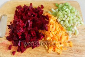 Нарезать мелкими кубиками свёклу, морковь, сельдерей, лук.