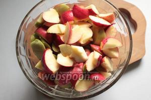 Яблоки помыть, дать стечь воде. Очистить от сердцевины и порезать дольками.