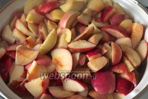 В кастрюлю с яблоками влить воду и довести до кипения. Отвар слить, он нам не понадобится.