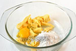 Соединить мягкое масло, желток, сметану, сахарную пудру в однородную массу.