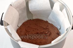 Выложить в чашу шоколадное тесто. Выпекать 40 минут в режиме «Выпечка».
