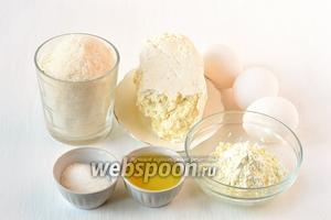 Тем временем приготовить творожную массу. Для неё нам понадобится творог, сахар, подсолнечное масло, ванильный пудинг, ванильный сахар, желтки трёх яиц.
