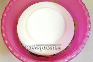 Накрываем подходящей по размеру тарелкой и ставим гнет (2-3 литровую банку с водой). Оставляем на сутки при обычной температуре.