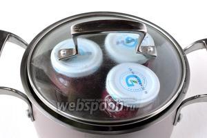 Прикрыть банки сверху крышечками. Накрыть кастрюлю крышкой. Довести воду до кипения и стерилизовать 20 минут.