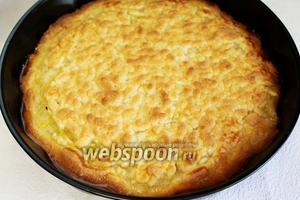 Выпекать в нагретой до 180°C духовке 25-30 минут. Готовый пирог полностью остудить в форме и лишь потом выложить на блюдо и нарезать на порции.