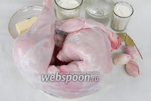 Для приготовления кролика в сметанном соусе возьмём кролика, лук репчатый, лавровый лист, кипяток, муку, сметану, масло сливочное, мускатный орех молотый, соль, перец по вкусу.