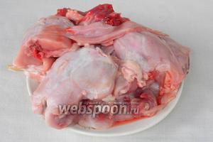 Подготовленную тушку кролика делим на порционные кусочки.