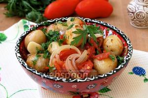 Молодой картофель с луком и помидорами