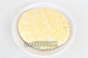 Небольшими порциями всыпаем муку и замешиваем мягкое тесто. Оно слегка будет липнуть к рукам. Даём тесту отдохнуть 15 минут.