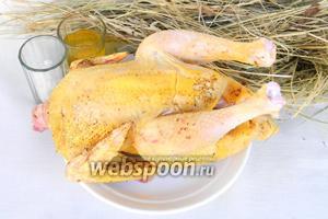 Для приготовления курицы на сене возьмём курицу или цыплёнка, сено, оливковое масло, соль, перец, пакет для запекания.