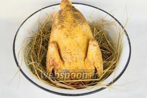 На сено выкладываем курицу.