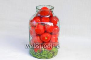Плотно уложить помидоры.