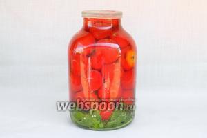 Приготовить холодный рассол из указанных ингредиентов и залить им помидоры. Банку закрыть капроновой крышкой, встряхнуть и оставить в прохладном месте.