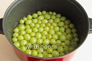 В горячий сироп всыпать пробланшированные ягоды и выдержать в нём в течение 6 часов.