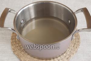 В кастрюле довести до кипения воду, постепенно всыпать сахар, постоянно помешивая.