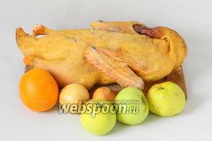 Для приготовления утки в яблоках возьмём утку, яблоки, лук репчатый, апельсин, соль, перец, прованские травы.