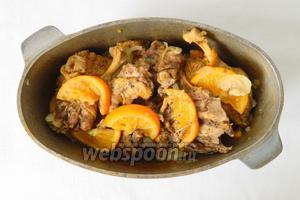 Тушим мясо под крышкой на среднем огне в течении 1 часа, до готовности мяса.