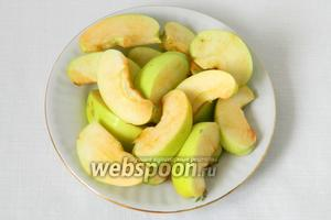 Яблоки моем, удаляем сердцевину и режем на 4-6 долек.