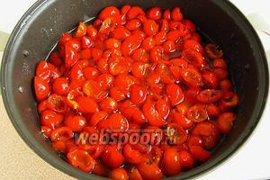 Подготовленные плоды выложить в варочную ёмкость, залить горячим сиропом и оставить до следующего дня.