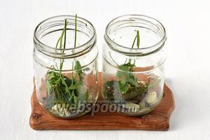 На дно стерилизованных банок положить очищенные зубки чеснока, перцы, лавровый лист, веточки сельдерея и петрушки, листья вишни.