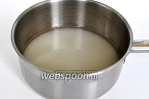 Для пряников сахар смешать с водой и сварить сироп.