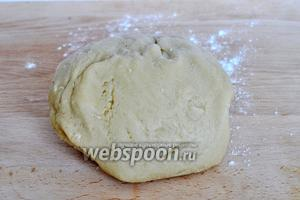 Завести мягкое тесто и оставить на 30 минут.