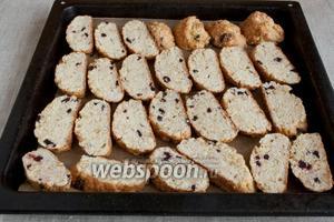 Подрумянить бискотти ещё раз. Потребуется 10 минут при 180°C или ещё немного до желаемой степени подрумянивания.