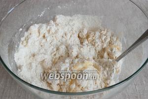 Соединить мучную смесь с яйцами. Перемешать сначала ложкой, потом руками. Тесто не сразу, но получится плотным и немного липким.