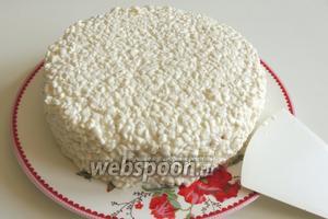 Бока торта также выкладываем творогом, немного придавливая, чтоб держался. Сразу убираем в холодильник на 1 час, чтоб творог немного держал форму.