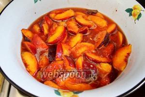 Утром персики довести до кипения и на медленном огне проварить минут 15-20, чтобы дольки стали мягкими.