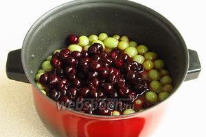 Выложить виноград и вишни в кастрюлю, залить кипящим сиропом, накрыть крышкой и выдержать в течение 8–9 часов.