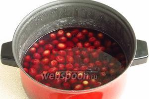 После выстойки проварить ягоды в течение 10–15 минут на слабом огне и оставить до полного остывания.
