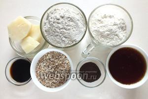 Подготовьте ингредиенты для замеса основного теста: отварной (без мундира) картофель, ржаную и пшеничную муку, патоку, зерновые хлопья, ржаной солод и воду, соль, дрожжи и квас.