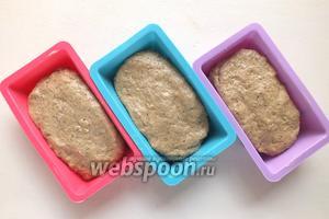 Разложите тесто по формочкам и оставьте в тёплом место до подъёма. Обычно на это уходит около 15 минут времени, за это время в духовке установится нужная температура и влажность.