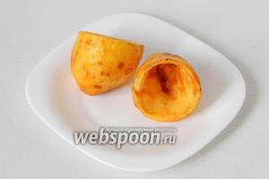 Картофель очищаем от кожуры, разрезаем на пополам и удаляем середину. Обжариваем во фритюре.