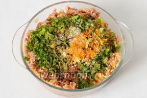 Дальше добавляем измельчённую петрушку, соль и специи, указанные в ингредиентах, по вкусу.