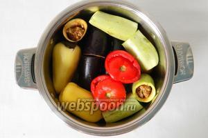 Дальше идут баклажаны, кабачки, сладкий перец, картофель и помидоры. Слоя овощей пересыпаем рисом или остатками фарша, или бобами.