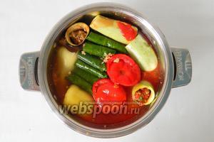 В кастрюлю выливаем томатный сок. Добавляем соль и лимонную кислоту по вкусу.