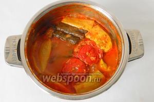 Варим на среднем или слабом огне, накрыв крышкой до готовности овощей. Жидкость должна практически вся выкипеть.