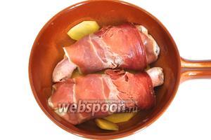 На картофель выкладываем голени и ставим в духовку на 30 минут при 190-200°C. На первые 20 минут накрыть фольгой, затем фольгу убрать.