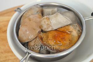 Отвариваем грибы в подсоленной кипящей воде 5-7 минут, и сливаем воду через сито.