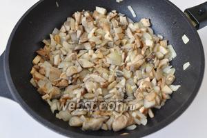 Добавляем мелко нарезанные грибы, обжариваем их 4 минуты.