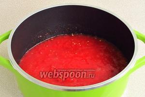 Перец вместе с помидорами пропустить через мясорубку и выложить в варочную ёмкость.