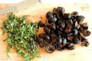 Маслины режем на 4 части и листики орегано мелко.