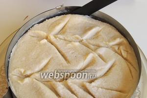 Кулинарным шпателем сначала отделим аккуратно торт от стенок кольца.